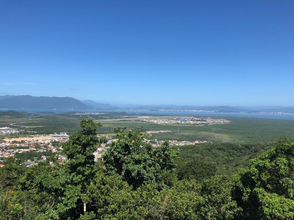 Vista para sudoeste: Ribeirão e Tapera, Aeroporto, Carianos, Estádio da Ressacada e Reserva do Pirajubaé