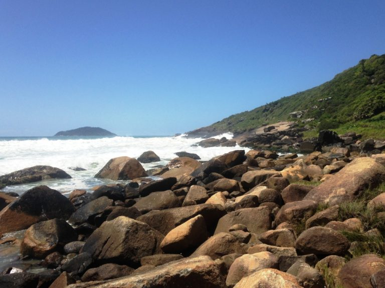 Muitas rochas na porção sul
